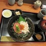 77750842 - ずわい蟹鮪中おち丼海胆醤油