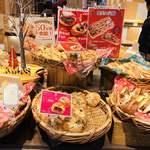 デリカフェ・キッチン オオサカ ミドウ - いろんな美味しそうなパン