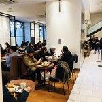 デリカフェ・キッチン オオサカ ミドウ - 店内はお客さんギッシリ