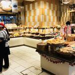 デリカフェ・キッチン オオサカ ミドウ - 入り口入ると普通のパン屋さんみたいな感じ