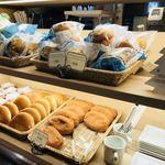 デリカフェ・キッチン オオサカ ミドウ - お皿とパン