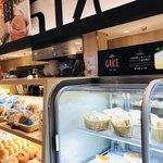 デリカフェ・キッチン オオサカ ミドウ - ここからケーキやパンを選びイートインできます… でも席もないし、途中までこちらのレジの列に並んでましたが断念