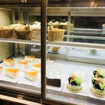 デリカフェ・キッチン オオサカ ミドウ - 何種類かあるケーキ