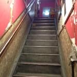 丸八寿司 - 外観7 この階段を上るにはちょっと勇気が必要かな笑。でもその先にはおいしいお寿司とユーモアあふれるお寿司が待っている♪ 2017/12/02