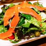 オービカ モッツァレラバー - ワイルドサーモンのスモークとケッパーベリーのサラダ