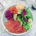 ELLE cafe Aoyama - 自家製サーモンマリネ 1,600円 (グリーンサラダ、二種のデリ、パン付き)