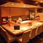 小料理 天城 - カウンター席でお食事と会話を楽しんでください。