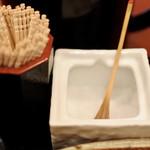 草春庵 - 塩も爪楊枝も盆に乗ってます。