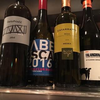 様々なワインをグラスでお気軽に楽しめます