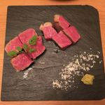 ニクスペシャリテ・マクラ - 左、広島県なかやま牛 サーロイン(50g) 1,450円 右、広島県なかやま牛 いちぼ(50g) 950円
