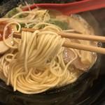 らーめん伊藝 - 豚骨魚介らーめん(800円)麺リフト