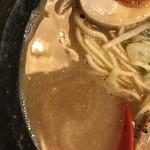 らーめん伊藝 - 豚骨魚介らーめん(800円)スープ