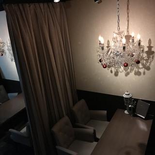 仕切りのついた【落ち着いた照明】ののテーブル席!