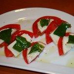 ワダチ - トマトとモッツァレラのカプレーゼ 480円