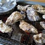 海勇水産 - 牡蠣の大と普通サイズ、アルミホイルの中身はハマグリ小