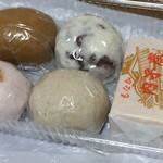 大本製菓舗 - お饅頭が黒糖(左上)、田舎(右上)、上用(左下)、そば(右下)各90円。内子座最中が120円です。