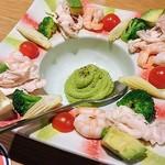 77804826 - エビと野菜のアボガドディップサラダ  ¥780