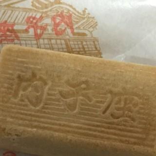大本製菓舗 - 料理写真:『内子座』の文字が入った内子座最中。中のアンがお饅頭と違いシャリシャリ感があり甘め。美味しいです。