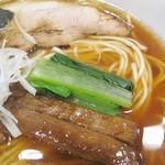 はちどり - 青菜が濃いめな琥珀色のスープによく映えます!