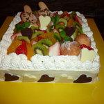USAGI - 友達の2次会のウエディングケーキ。中はフルーツとカスタードの二層になっています。