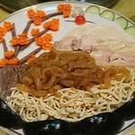 華都飯店 - 前菜 創作が素敵  でも左端に何かが足りない、空きスペース 食いしん坊が写真を撮る前に二切れ摘み食い
