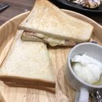 カフェ・ド・ペラゴロ - 燻しベーコンのチーズサンド ‥380円