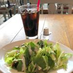 ラ ボデガ - アイスコーヒーとシーザーサラダ