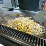 浪江焼麺太国アンテナショップ - 鉄板で豪快に炒めてます