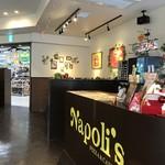 ナポリス ピッツァ&カフェ - テーブル席並ぶ店内。