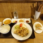 77827743 - 国産若鶏のもも唐揚げ定食(980円)、餃子セット(250円)