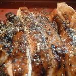 酉文 - 炭焼き鶏もも肉アップ