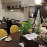 わいんとお酒とお料理 うりぼう - カウンター席とテーブル席があります。