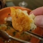 オステリア オリーヴァ ネーラ トウキョウ - スープをパンに浸けて