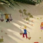 ベトナムちゃん - 山由美さんにお店の壁に描いてもらった天秤棒をかつぐ村人の『ベトナムちゃん』の周囲の様子。
