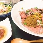 吟 - ローストビーフ丼ランチ 一品とサラダ、味噌汁つき