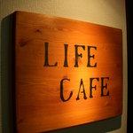 ライフカフェ - カウンターの木材の余りでできた看板♪