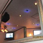 スナック メイプル - 後ろの壁は大きな鏡です