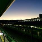 77860485 - 06:30 JR京都駅 0番線(中央改札口)へ降りる階段からの風景。