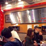 本家 第一旭 - 06:40 でも、店内はほぼ満席、10人ほどのグループ客がいてかなり盛り上がっていた。