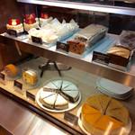 OGAWA COFFEE  - ケーキ類も並んでいる。