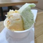 クアットロ・パンキーネ - にんじんとマスカルポーネチーズ ~キャロットケーキ風~(左) 小原農園のキウイシャーベット(右)