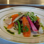 77878588 - ◆スモークサーモンとホタテのサラダ仕立て。 盛り付けが美しいですね。サーモン・帆立ともにいい味わいで、ドレッシングも優しい味わいで美味しい。