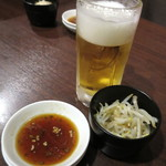 炭火焼炭○ - 生ビール_400円:税抜き以下同とお通しのモヤシのナムル