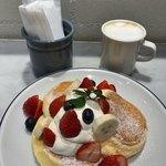 FLIPPER'S - ★★★ 季節のフレッシュフルーツパンケーキとカフェラテ