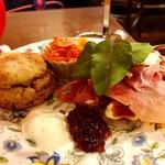 ティーサロンジークレフ - 下段@クリスマススコーン、生ハムとクリームチーズのワッフル、キャロットラペ、ブリザーブ(ストロベリーブリザーブwithマールドシャンパン)