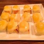 厨房酒場 カモメセラー - ちょい焼きチーズのカナッペ