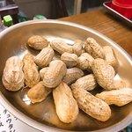 大衆酒場 よっちゃん - Nさまの茹でピーナッツも貰う。ホクホクで美味しいね〜♪