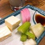 大衆酒場 よっちゃん - R師匠のお裾分けなのでガツガツ食べましたwコレ旨いのよ〜 3点盛り200円。ちょっと食べちゃった後。