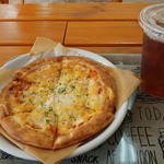 ビッグベアーズピザ - 料理写真:ミックスピザ&烏龍茶
