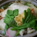 うえすぎ庵 - 鍋焼うどん  餅入り 白く見えるのが大きなお餅です(^^)